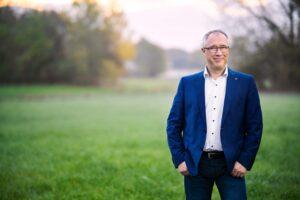 Dirk Fornahl Kandidat Samtgemeinde Baddeckenstedt Pressefoto auf der Wiese