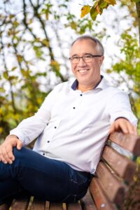 Dirk Fornahl Kandidat Samtgemeinde Baddeckenstedt Pressefoto auf der Bank