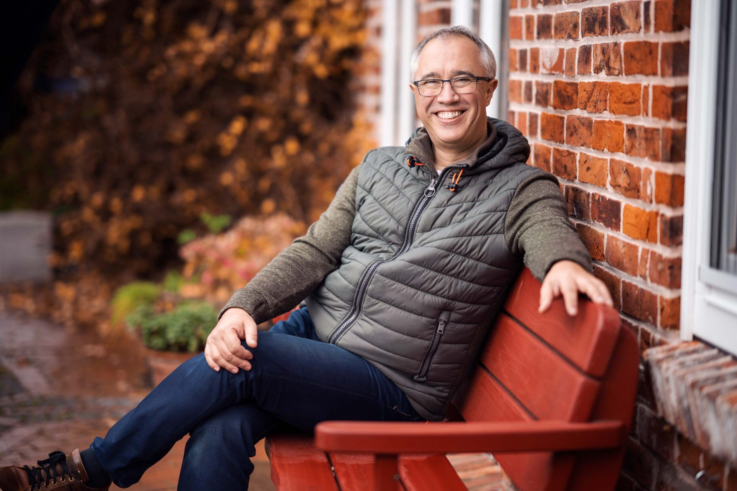 Dirk Fornahl Kandidat Samtgemeinde Baddeckenstedt Pressefoto auf der Gartenbank