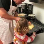 Dirk Fornahl mit seiner Tochter beim Kekse backen