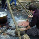 Dirk Fornahl kocht über dem Lagerfeuer