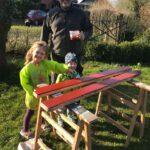 Dirk Fornahl streicht mit seinen Kindern Holz