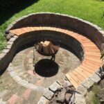 Dirk Fornahl sitzt an der Feuerstelle in seinem Garten