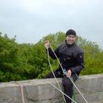 Dirk Fornahl sitzt auf einer Mauer des Heesebergturms