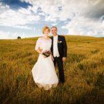 Dirk Fornahl mit seiner Frau Wiebke auf einem Feld nach der Trauung