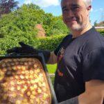 Dirk Fornahl zeigt einen leckeren und selbstgemachten Butterkuchen