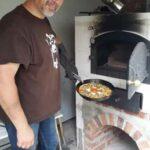 Dirk Fornahl hält eine Pizza in der Hand