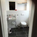 Dirk Fornahl hat eine Toilette in eine alte Scheune gebaut