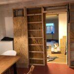 Dirk Fornahl baut eine Wand in seine Küche