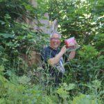 Dirk Fornahl findet einen Geocache