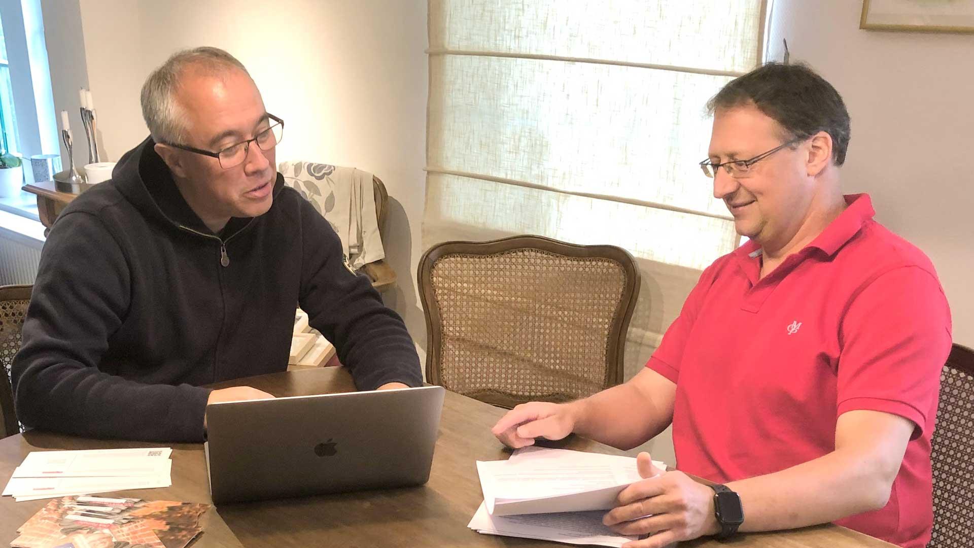 Dirk Fornahl sitzt am Tisch und schaut sich die Ergebnisse der Befragung in der Samtgemeinde Baddeckenstedt an